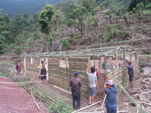 Construction d'abris temporaires en bambou